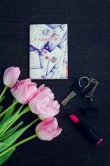 Buquê de tulipas cor de rosa com passaporte