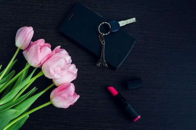 Buquê de tulipas cor de rosa com telefone móvel
