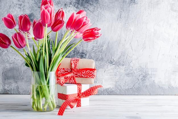 Buquê de tulipas cor de rosa e presentes
