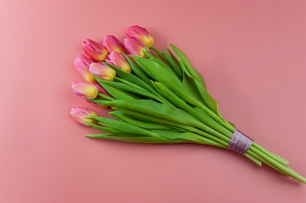 Buquê de tulipas cor de rosa em um fundo rosa