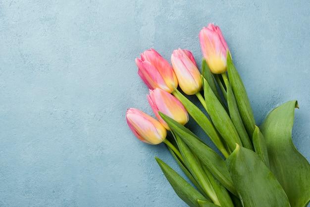 Buquê de tulipas de cópia-espaço na mesa