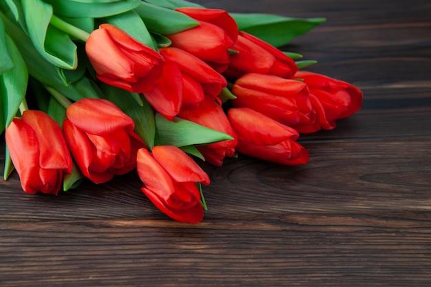 Buquê de tulipas de primavera em uma superfície de madeira