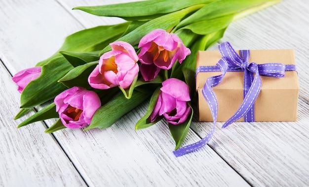 Buquê de tulipas e caixa de presente