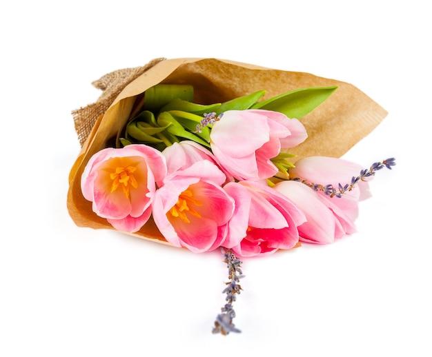 Buquê de tulipas em um fundo branco para publicidade