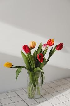 Buquê de tulipas em um vaso em casa.