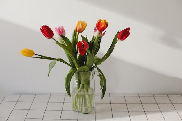 Buquê de tulipas em um vaso sobre a mesa em casa