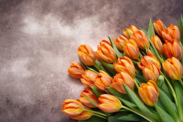 Buquê de tulipas laranja em fundo aquarela marrom cópia espaço vista de cima fundo de férias saudação