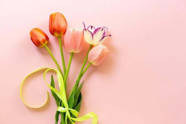 Buquê de tulipas multicoloridas com fita