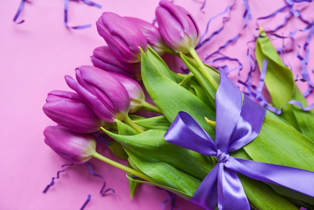 Buquê de tulipas para o dia das mães, com fita roxa