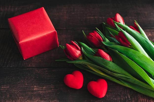 Buquê de tulipas vermelhas na madeira