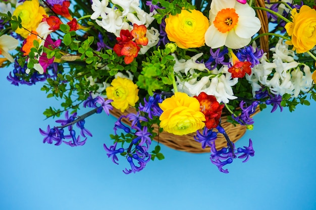 Buquê de verão com flores amarelas e brancas brilhantes