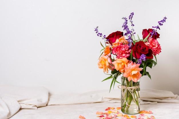 Buquê de vista frontal de lindas rosas em um vaso