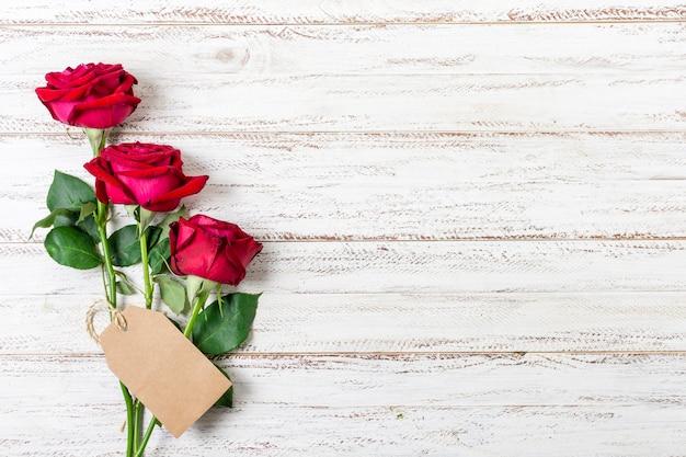 Buquê de vista superior de rosas vermelhas com espaço de cópia