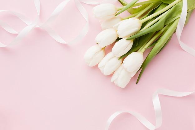Buquê de vista superior de tulipa flores elegantes tons de rosa