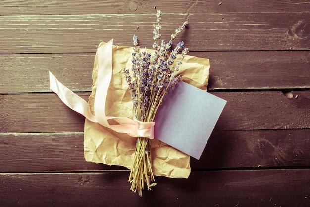 Buquê e cartão de felicitações
