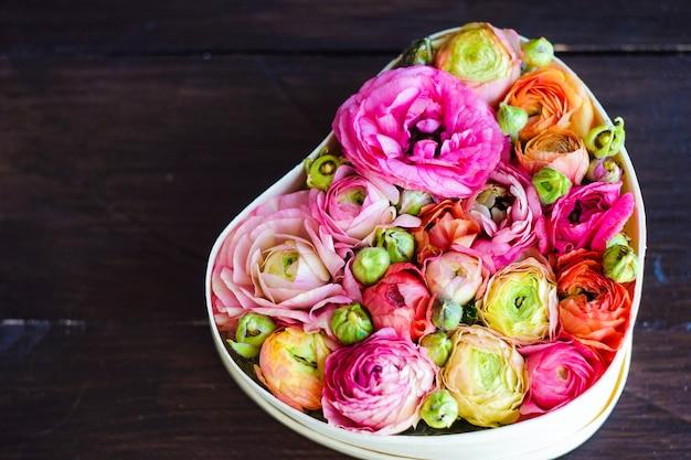 Buquê em forma de coração com flores de anêmona