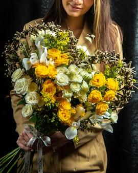 Buquê em forma de coração de rosas brancas e amarelas