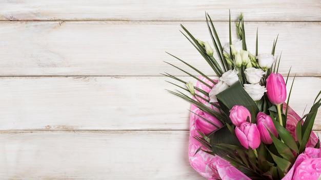 Buquê fresco de flores desabrochando