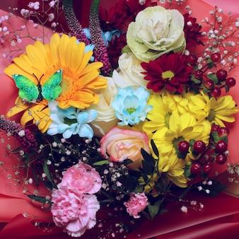 Buquê lindamente embalado para presente. flores em embalagem de presente brilhante, vista superior.