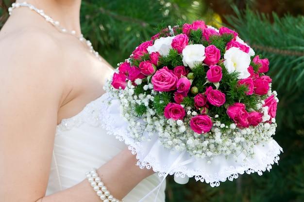 Buquê luxuoso na mão da noiva