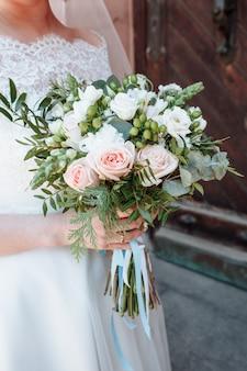 Buquê nas mãos da noiva, dia do casamento