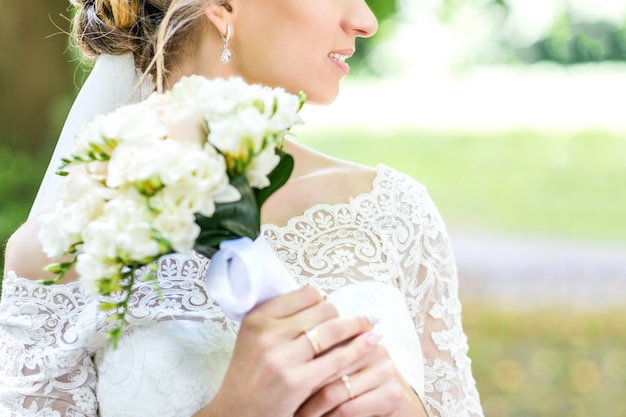 Buquê nas mãos da noiva