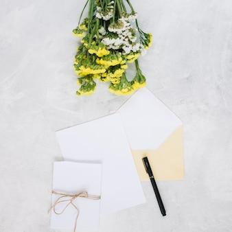 Buquê perto de caneta e cartões
