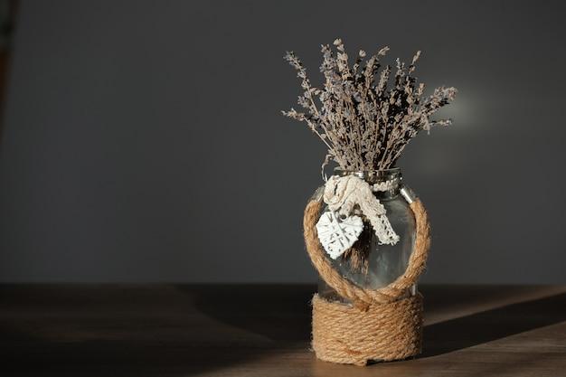Buquê seco de lavanda em um vaso com decoração de juta
