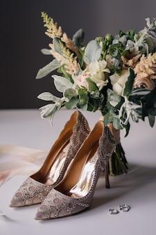 Buquê suave e sapatos femininos com strass