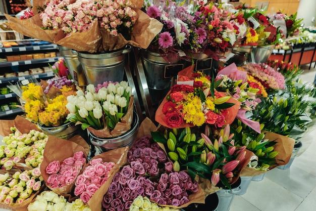 Buquês de flores à venda em um supermercado