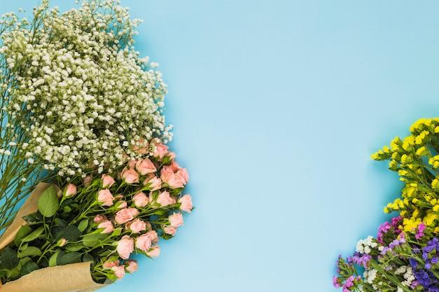 Buquês de flores coloridas em fundo azul