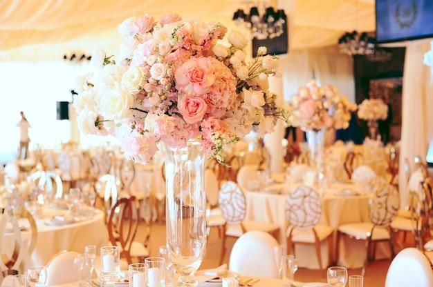 Buquês de flores em centro com eustomas rosa e brancos