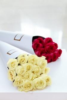 Buquês de rosas brancas e vermelhas