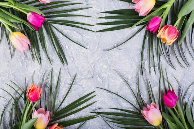 Buquês de tulipas e folhas de palmeira