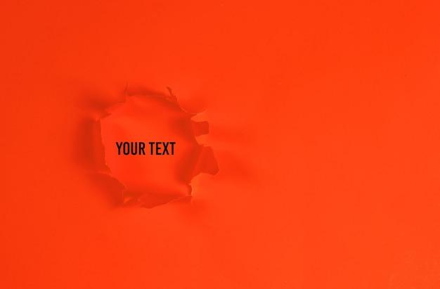 Buraco de papel laranja rasgado. copie o espaço