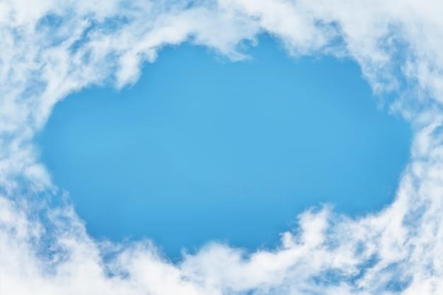 Buraco do céu azul nas nuvens fofas do céu