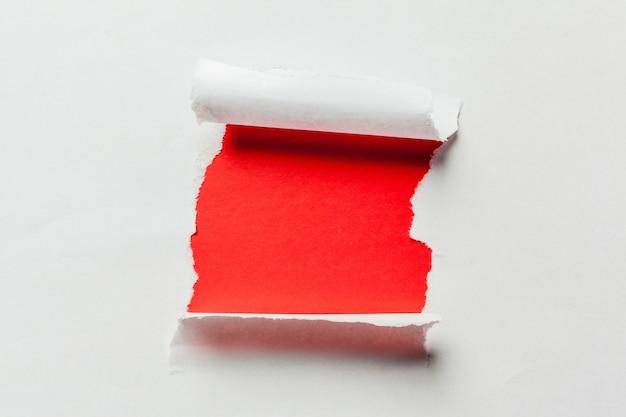 Buraco no papel com lados rasgados
