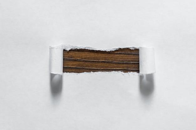 Buraco rasgado no papel, um quadro de papel, copie o espaço