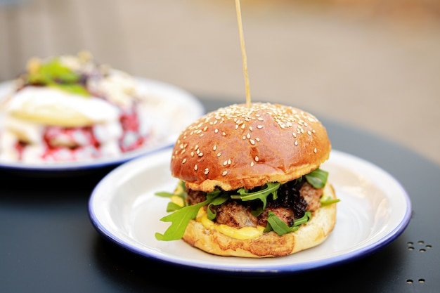 Burger. porta azul com guirlanda de natal e diamante. local para redação. fundo de natal. fundo azul textura. ano novo, conceito