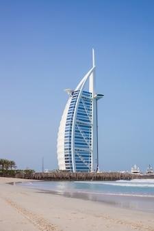 Burj al-arab durante o dia. mar e céu azul