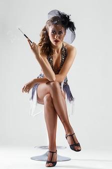 Burlesco. garota atraente em lindo vestido