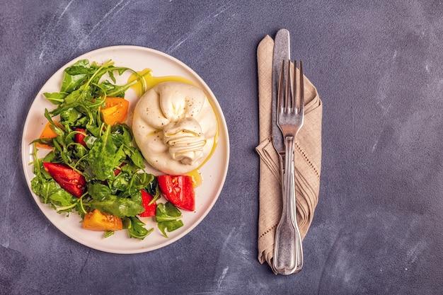 Burrata de queijo italiano com legumes frescos