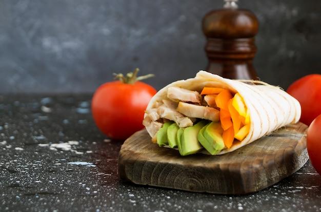 Burrito com frango grelhado e legumes (fajitas, pão pita, shawarma)