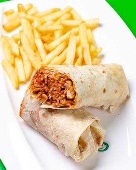 Burrito de arroz com tomate e frango servido com batata frita