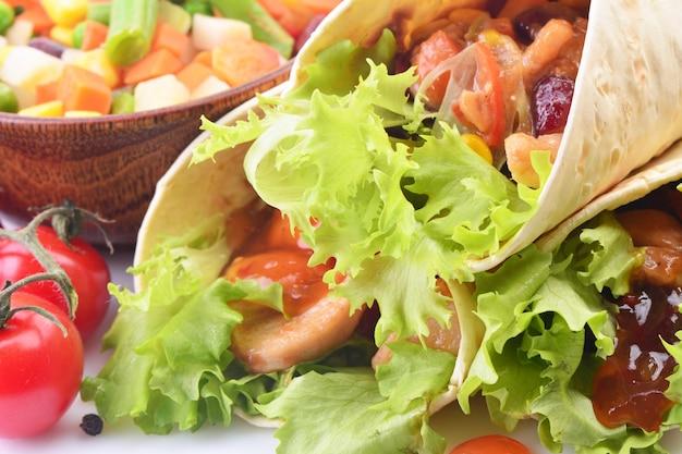 Burrito mexicano com frango e legumes