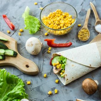 Burrito vegano de legumes, cogumelos e tortilhas