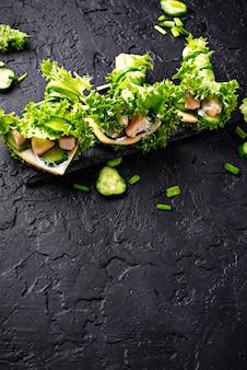 Burritos cetogênicos de baixo carboidrato envoltos em alface