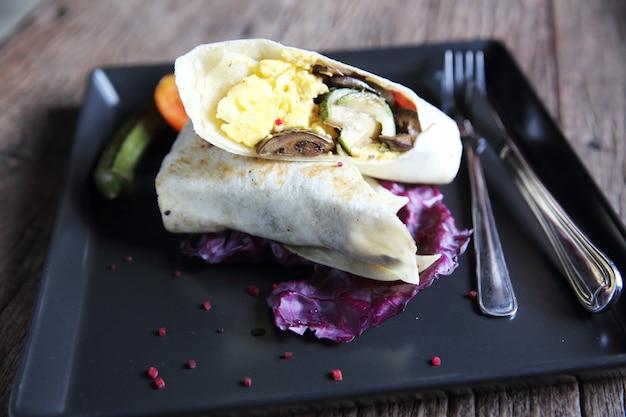 Burritos de carne em fundo de madeira