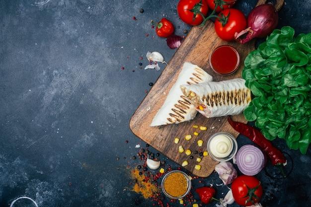 Burritos embrulhados com carnes grelhadas e vegetais
