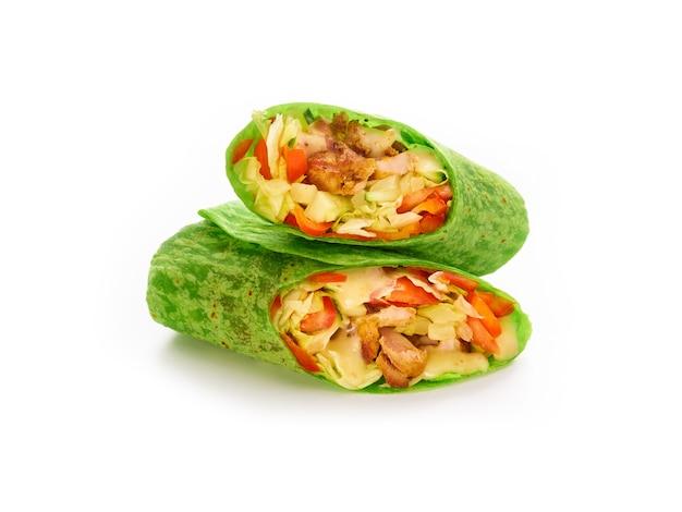Burritos embrulhados com frango, vegetais e tortilhas verdes com espinafre